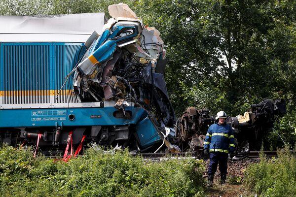 Tre persone sono morte e più di 30 sono rimaste ferite a causa della collisione tra due treni passeggeri nella Repubblica Ceca, secondo quanto riportato dal The Mirror. - Sputnik Italia