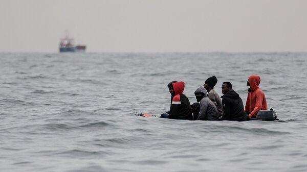 Мигранты в лодке у берегов Франции  - Sputnik Italia
