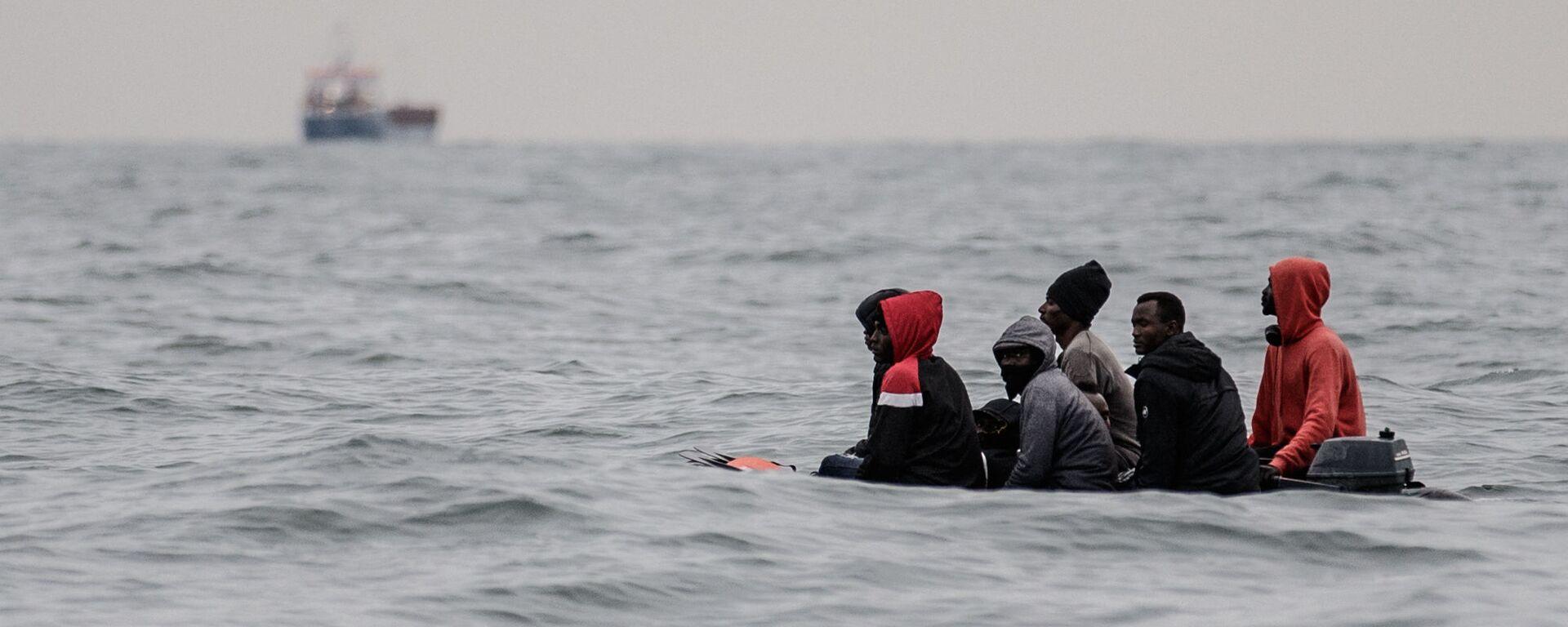 Migranti attraversano la Manica - Sputnik Italia, 1920, 03.09.2021