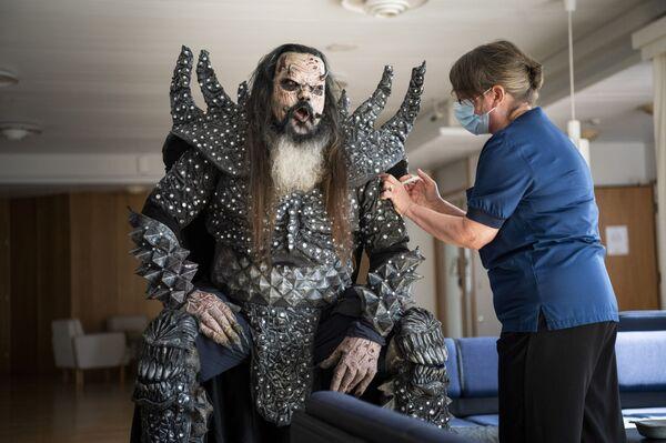 Mr. Lordi, del gruppo heavy metal finlandese Lordi, mentre riceve la seconda dose di vaccino anti COVID-19 il 1 agosto 2021. - Sputnik Italia