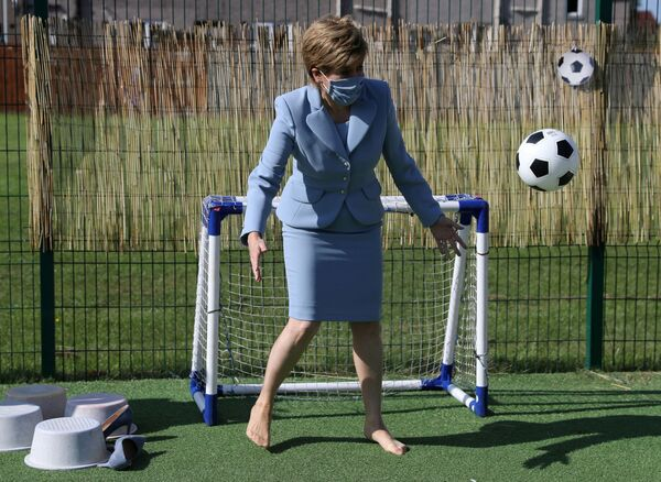 La prima ministra scozzese Nicola Sturgeon gioca a calcio durante la sua visita in un asilo nido a Fallin, in Scozia, Gran Bretagna, il 4 agosto 2021. - Sputnik Italia