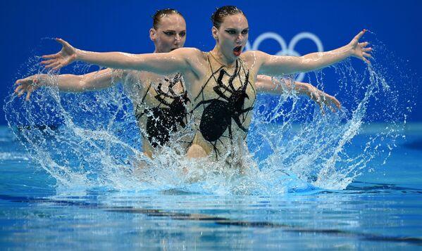 Le atlete russe, membri della squadra nazionale, Svetlana Kolesnichenko e Svetlana Romashina, eseguono il loro programma libero nella competizione di nuoto sincronizzato alle Olimpiadi estive di Tokyo. - Sputnik Italia