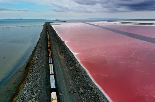 2 agosto 2021, la strada che divide in due il Gran Lago Salato, vicino a Corinne, nello Utah, USA. Nella grave siccità che sta assediando gli Stati Uniti, il livello dell'acqua del Gran Lago Salato è sceso ai livelli più bassi mai registrati.  - Sputnik Italia