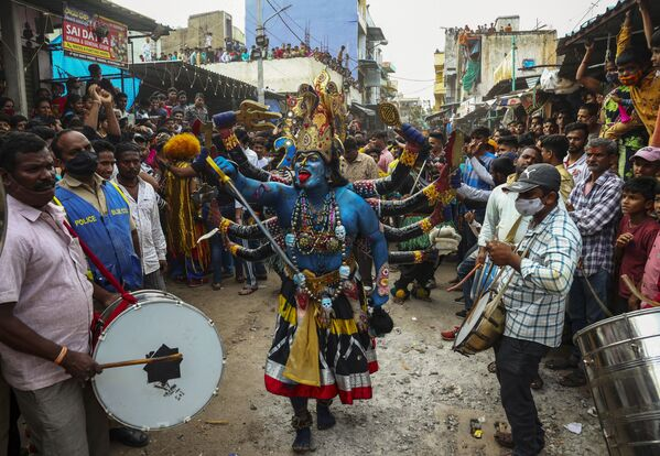 Alcuni devoti ballano in onore di Kali durante il festival Bonalu a Hyderabad, in India, domenica 1 agosto 2021. Bonalu è una festività popolare indù dedicata a Kali, la dea indù della distruzione. - Sputnik Italia