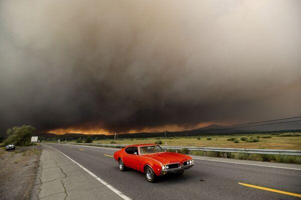 Un'auto lascia Chester, in California, nel corso dell'evacuazione a causa del violente incendio Dixie, il 4 agosto 2021.  - Sputnik Italia