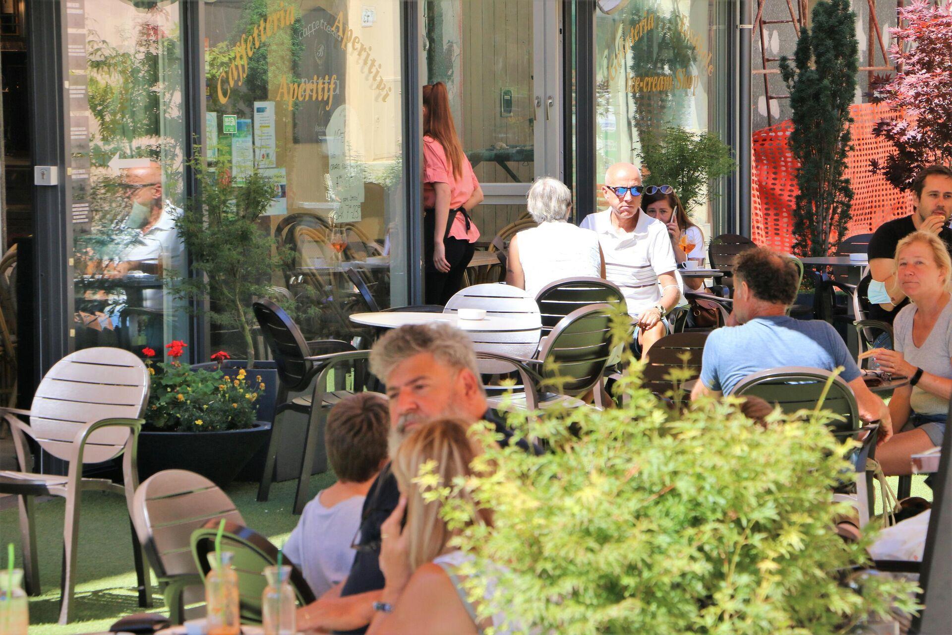 Al ristorante all'aperto il Green Pass non serve - Sputnik Italia, 1920, 06.08.2021