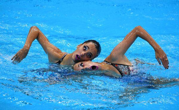Anna-Maria Alexandri e Eirini Alexandri, nuotatrici della squadra nazionale austriaca, competono alle Olimpiadi di Tokyo. - Sputnik Italia