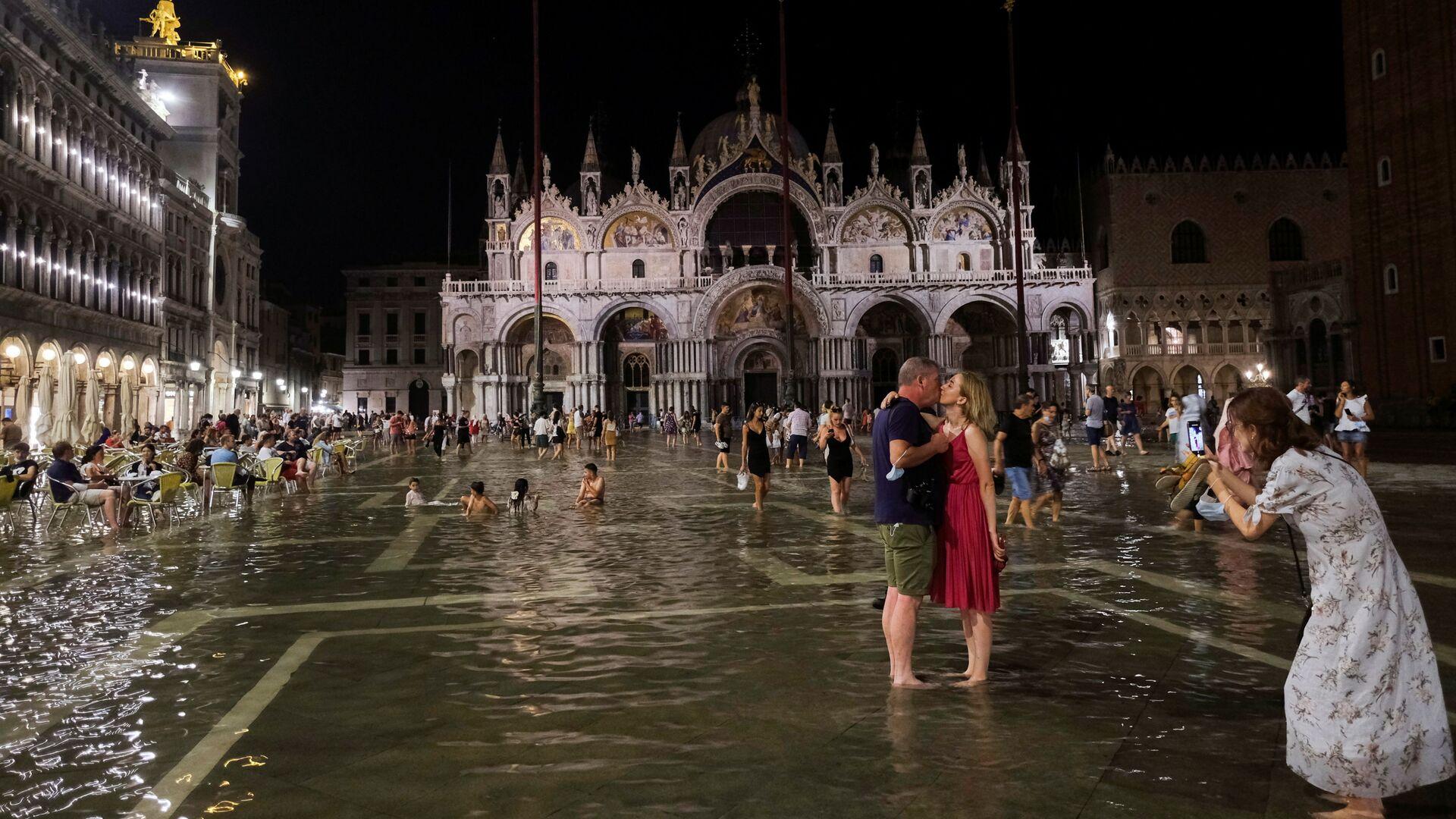 Una coppia si gode il fenomeno dell'acqua alta a Venezia - Sputnik Italia, 1920, 01.09.2021