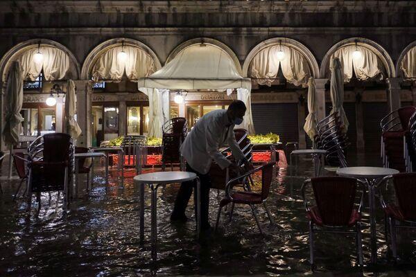 Un cameriere chiude il ristorante. - Sputnik Italia