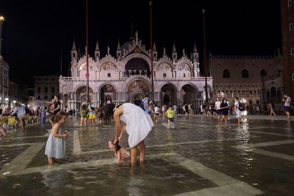 I bambini non perdono occasione per giocare nell'acqua.  - Sputnik Italia