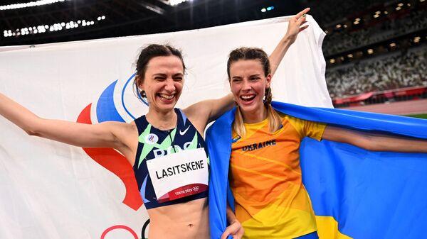 Украинаская легкоатлетка Ярослава Магучих и российская спортсменка Мария Ласицкене во время фотографирования на Олимпиаде-2020 в Токио - Sputnik Italia