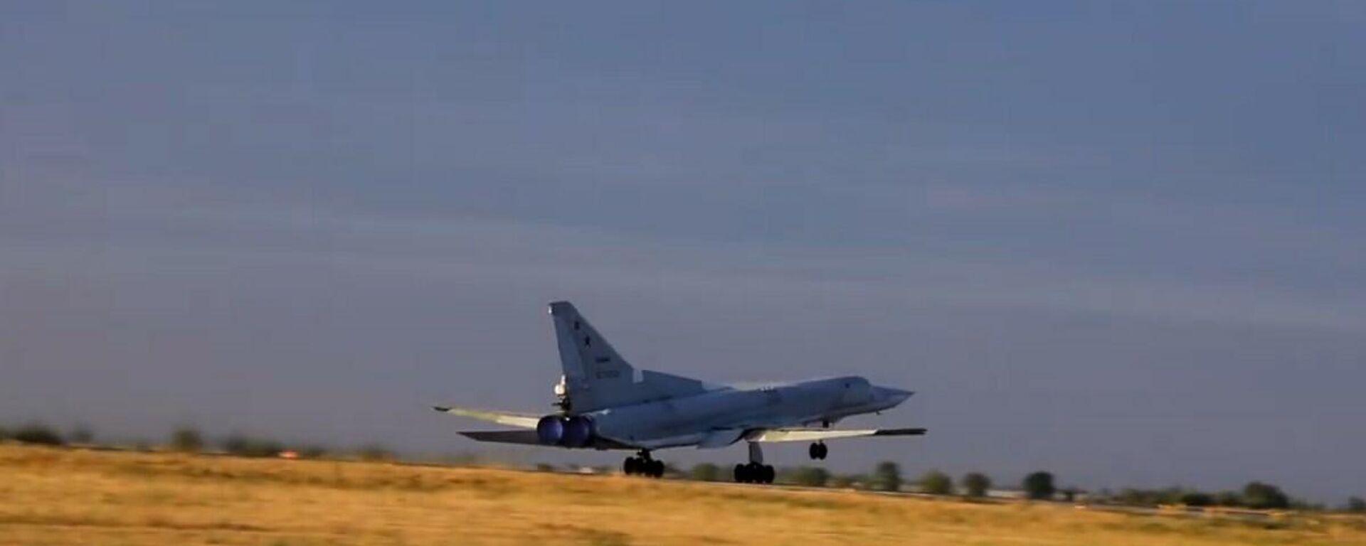 Il lavoro ad alta quota dell'equipaggio del bombardiere supersonico russo Tu-22M3 - Sputnik Italia, 1920, 10.08.2021