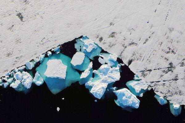Un iceberg galleggia in un fiordo vicino alla città di Tasiilaq, Groenlandia, il 18 giugno 2018. - Sputnik Italia
