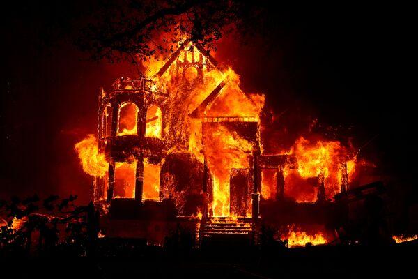 Una casa in California va a fuoco, distrutta dal Glass Fire, l'incendio che ha distrutto centinaia di ettari di terreno, il 27 settembre 2020. - Sputnik Italia