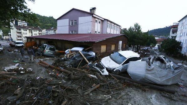 Разрушенные автомобили на улице после наводнения и оползней в городе Бозкурт провинции Кастамону, Турция - Sputnik Italia