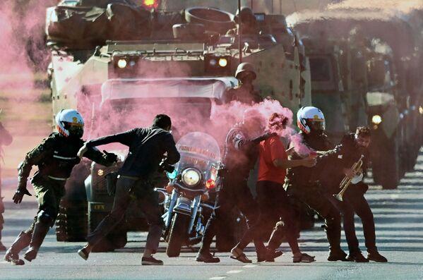 I militari fermano i manifestanti che cercano di bloccare una parata di veicoli militari davanti al Palazzo Planalto a Brasilia, il 10 agosto 2021. - Sputnik Italia