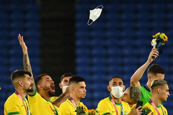 Il calciatore brasiliano Douglas Luiz lancia la sua mascherina in aria durante la cerimonia di premiazione del torneo di calcio maschile dei Giochi Olimpici di Tokyo 2020. - Sputnik Italia