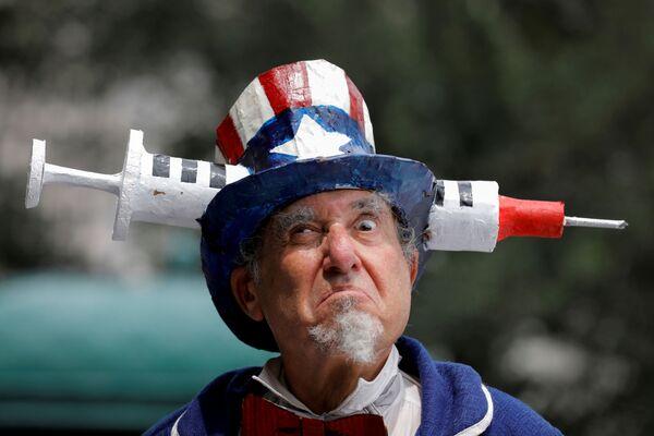 Un uomo vestito da Zio Sam partecipa alla protesta contro la vaccinazione anti-Сovid svoltasi davanti al New York City Hall a Manhattan, New York City, Stati Uniti, il 9 agosto 2021. - Sputnik Italia