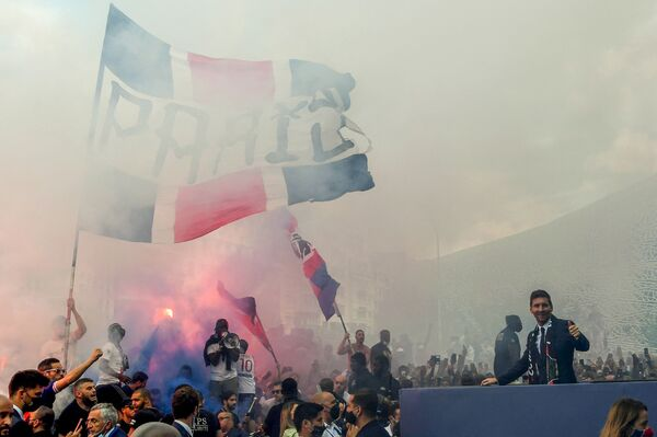 I tifosi esultano davanti allo stadio del Parco dei Principi di Paris Saint-Germain dopo la conferenza stampa di Messi nel corso della quale il calciatore ha ufficialmente annunciato il suo trasferimento.  - Sputnik Italia