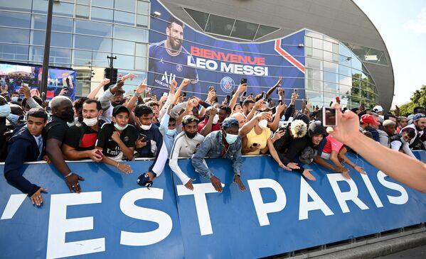 I tifosi si radunano presso lo stadio del Parco dei Principi a Parigi durante la conferenza stampa di Messi.  - Sputnik Italia