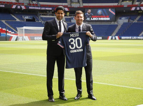 Lionel Messi e il presidente del Paris Saint-Germain Nasser Al-Khelaïfi fanno le foto con la maglia numero 30 dopo la conferenza stampa di Messi, 11 agosto 2021.  - Sputnik Italia