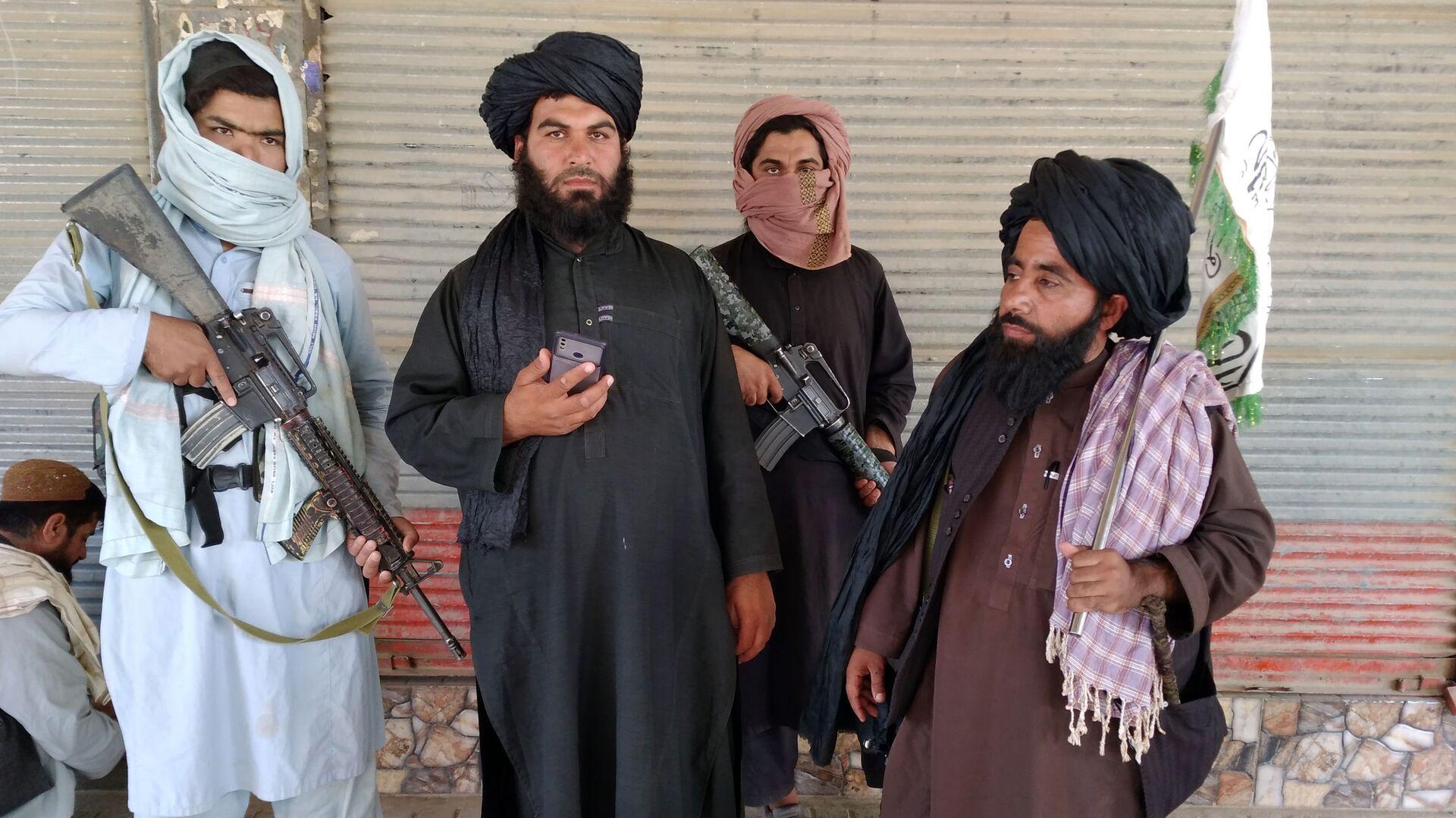 Combattenti talebani (organizzazione terroristica vietata in Russia) pattugliano le strade della città di Farah, la capitale della provincia di Farah, a sud-ovest di Kabul, in Afghanistan - Sputnik Italia, 1920, 01.09.2021