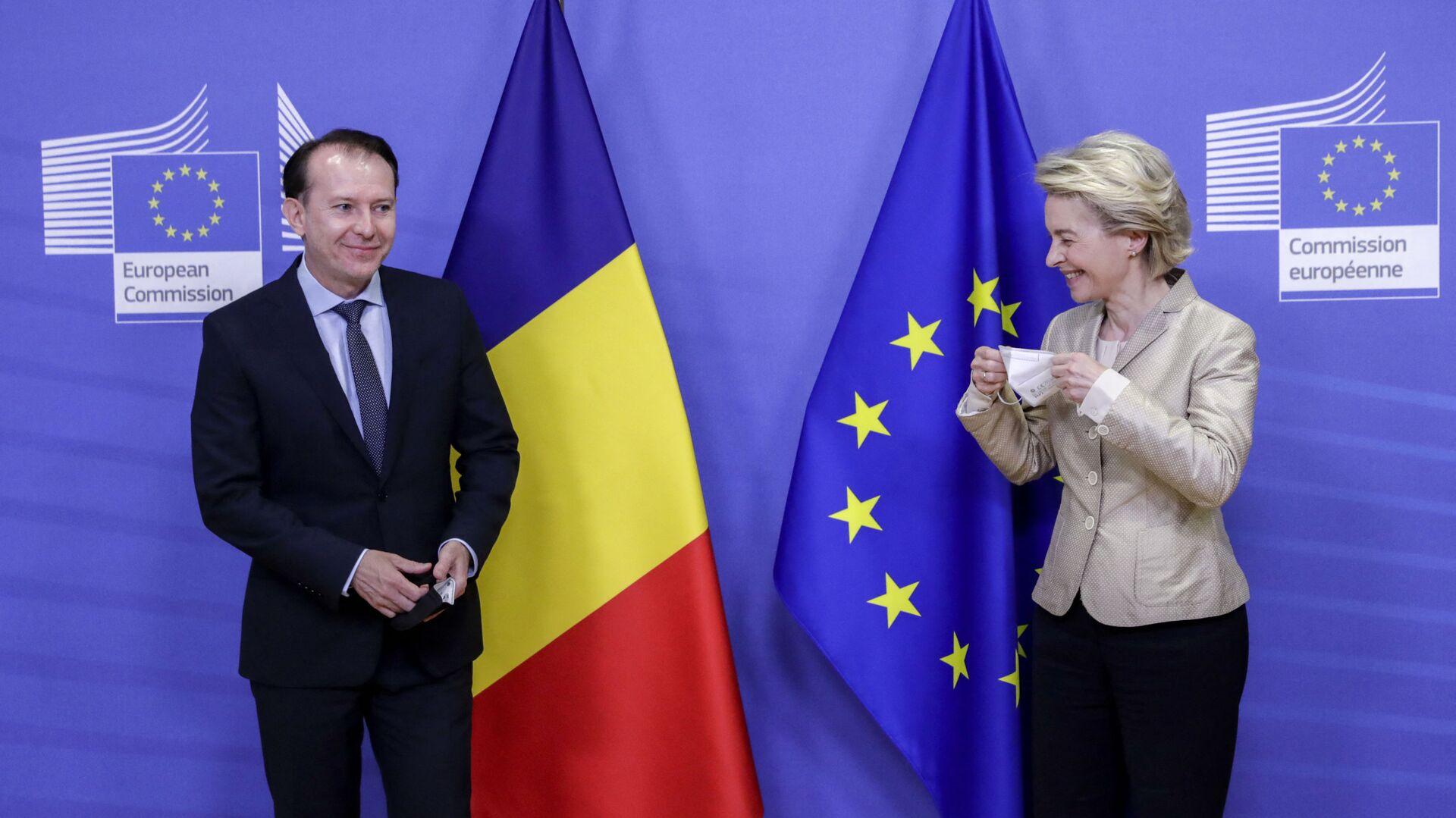 Il premier rumeno Florin Cîțu con il presidente della Commissione UE Ursula von der Leyen - Sputnik Italia, 1920, 14.08.2021