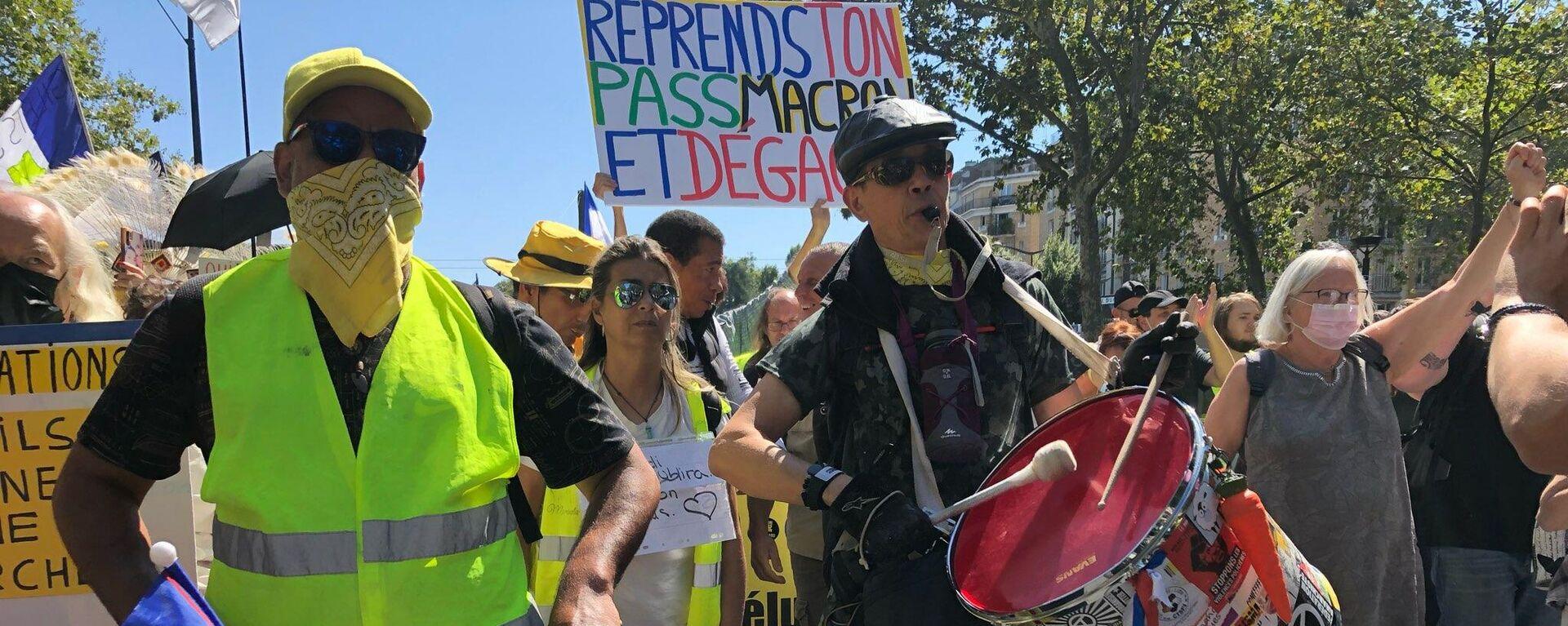 Manifestazione contro il Green Pass e l'obbligo vaccinale a Parigi, il 14 agosto 2021 - Sputnik Italia, 1920, 14.08.2021
