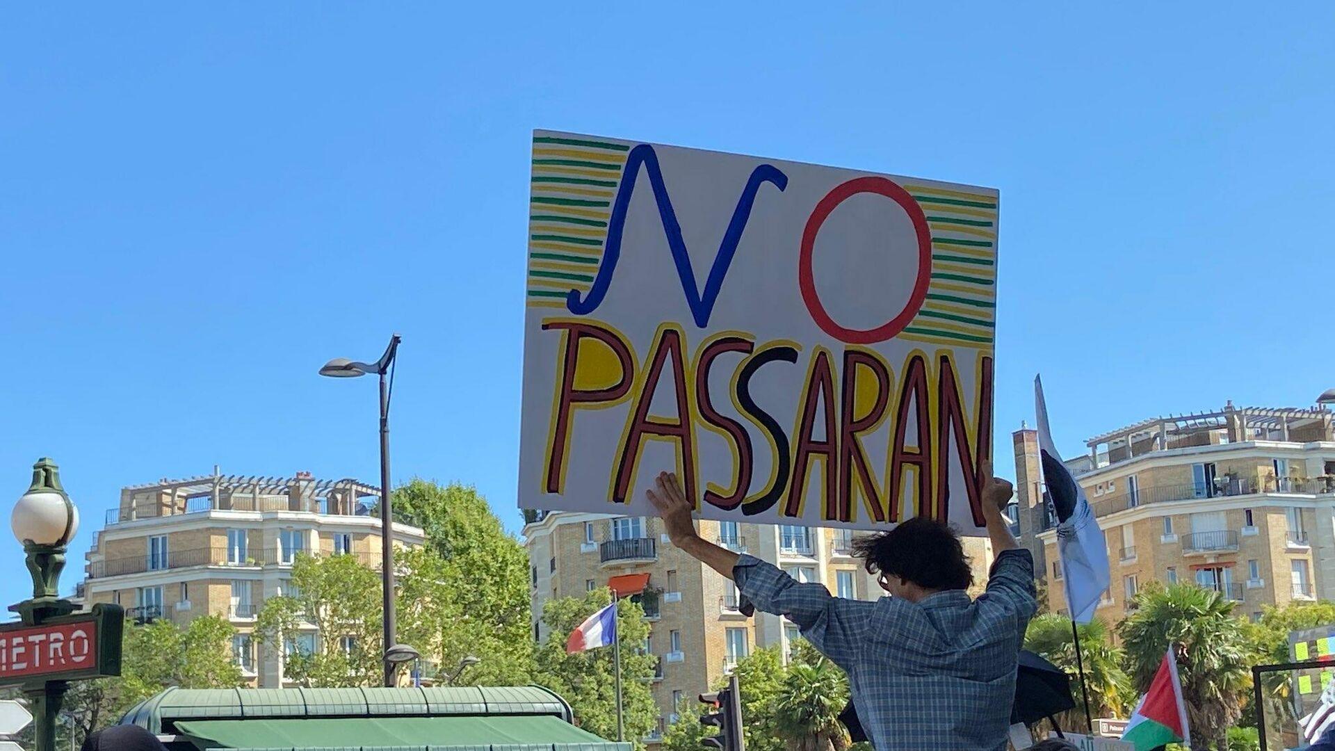Manifestanti si radunano a Parigi per protestare contro il Green Pass e l'obbligo vaccinale, 14 agosto 2021 - Sputnik Italia, 1920, 27.08.2021