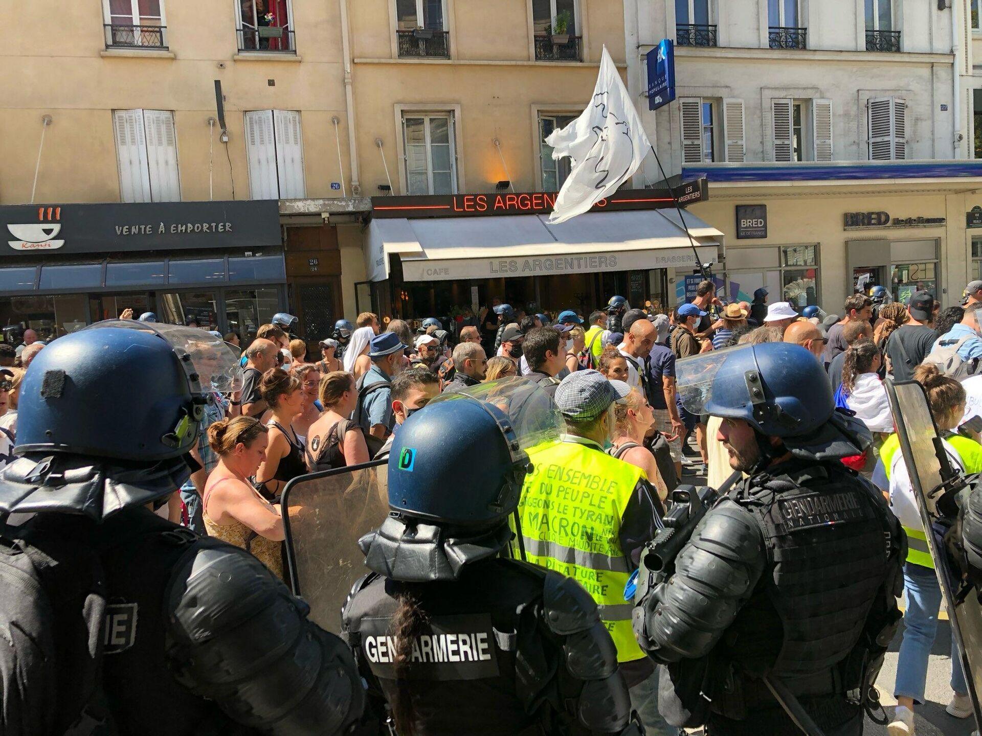 Agenti delle forze dell'ordine pattugliano le strade di Parigi durante la manifestazione contro il Green Pass, 14 agosto 2021 - Sputnik Italia, 1920, 14.08.2021