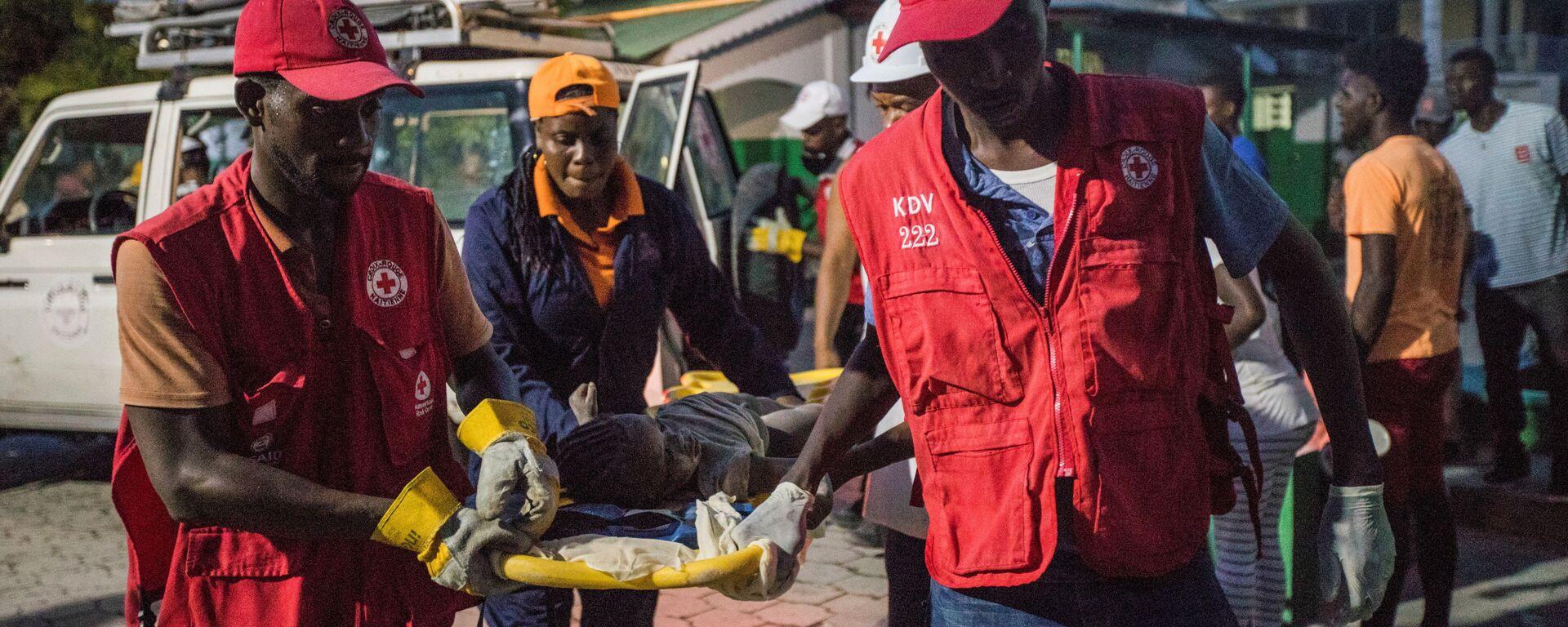 Спасатели с пострадавшей девочкой во время землетрясения на Гаити - Sputnik Italia, 1920, 16.08.2021