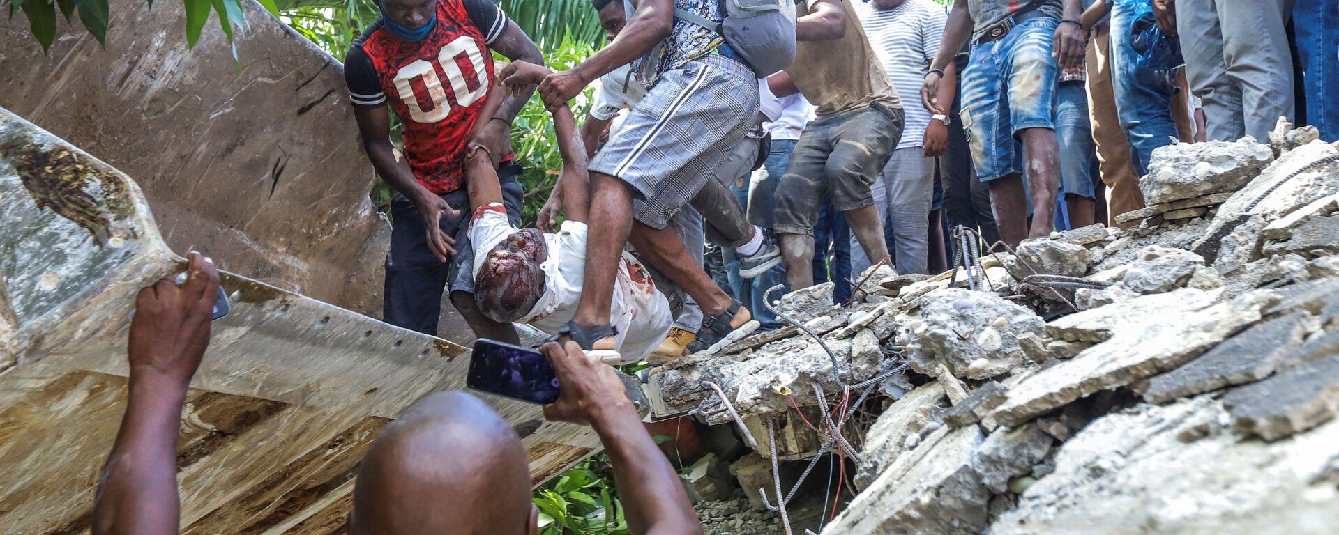 Извлечение тела политика после землетрясения на Гаити - Sputnik Italia, 1920, 21.08.2021