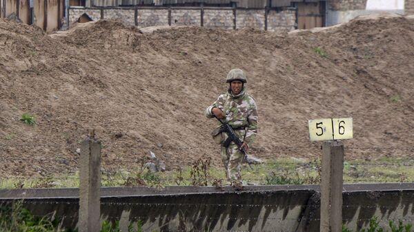 Узбекский солдат на границе с Киргизией  - Sputnik Italia