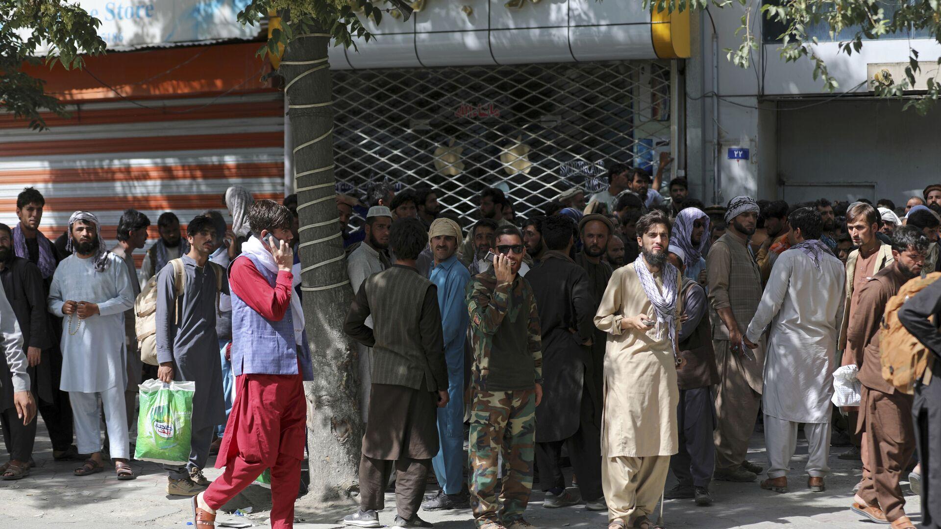 Афганцы в очереди в банк в Кабуле  - Sputnik Italia, 1920, 18.08.2021