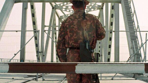 Узбекский пограничник на границе с Афганистаном у города Термез - Sputnik Italia
