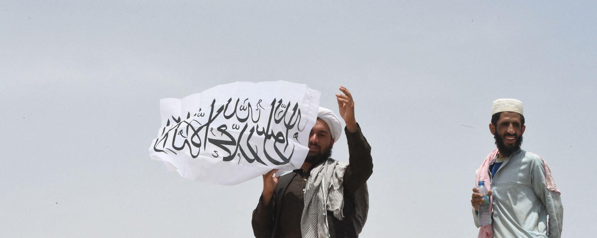 Uomo con la bandiera dei Talebani - Sputnik Italia, 1920, 07.09.2021