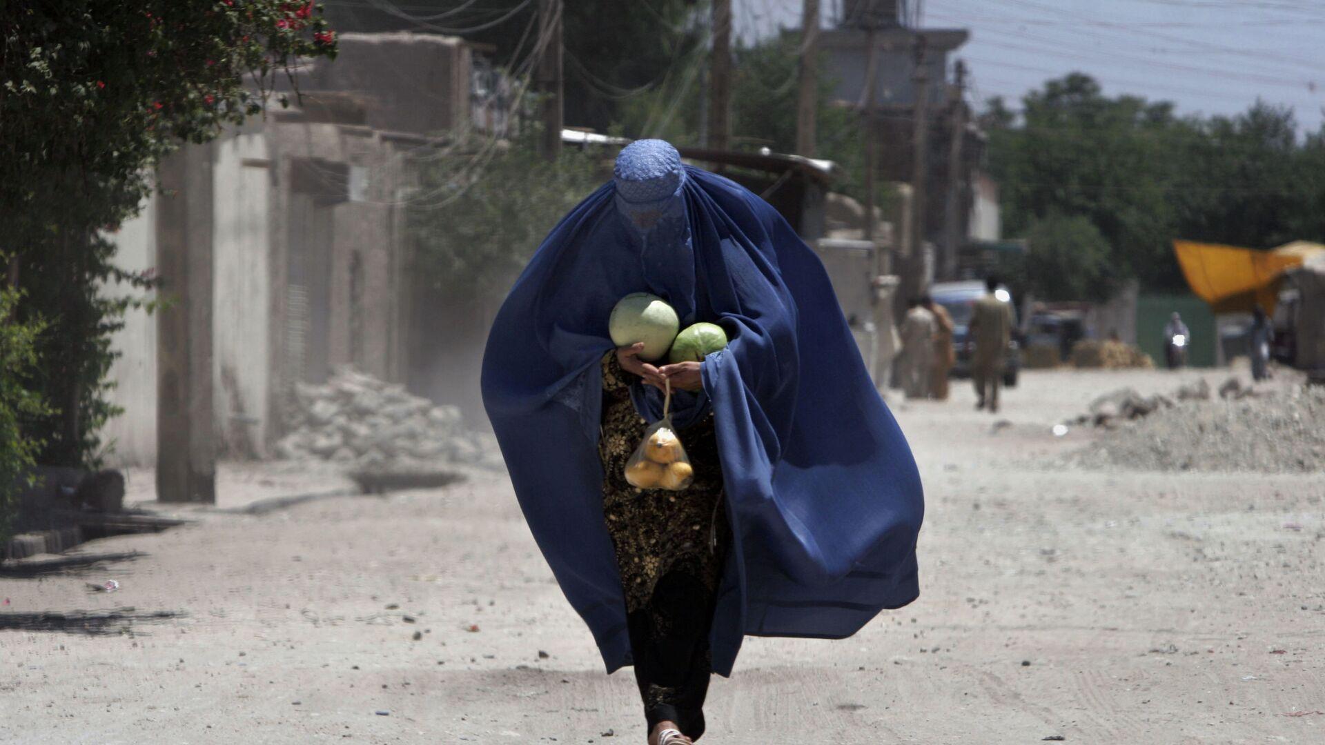 Афганская женщина с арбузами в Джелалабаде - Sputnik Italia, 1920, 22.08.2021