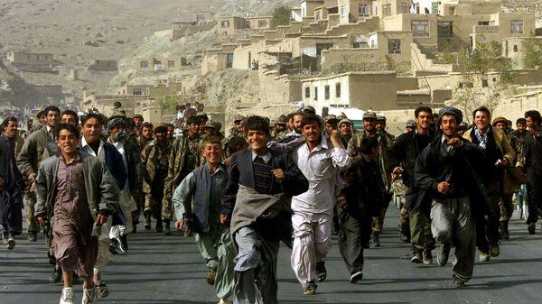 Жители Кабула празднуют и сопровождают бойцов Северного Альянса, которые входят в столицу Афганистана Кабул - Sputnik Italia