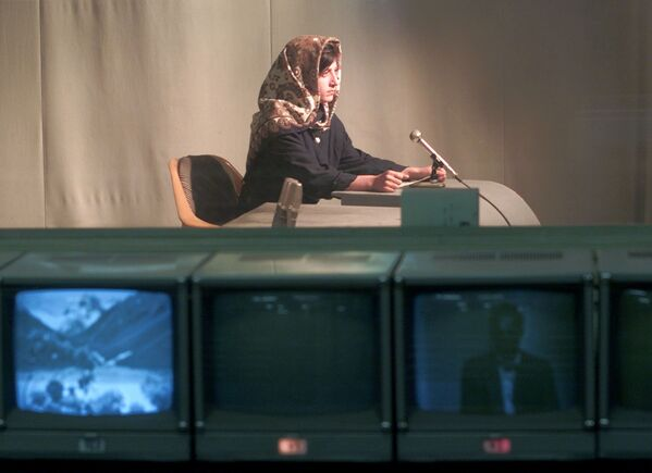 Mariam Shakebar, una ragazza afgana di 16 anni, dà Il saluto di bentornato agli telespettatori mentre la televisione di Kabul è tornata in onda dopo un blackout televisivo di cinque anni imposto dai talebani, Kabul, Afghanistan, il 18 novembre 2001. - Sputnik Italia