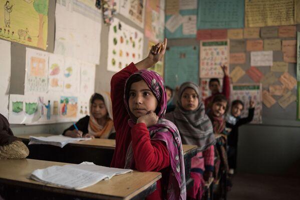 """Ma soprattutto, ha garantito che sotto il nuovo regime le donne avranno accesso all'istruzione e dovranno indossare l'hijab (il velo che lascia scoperto il volto) """"per la loro sicurezza"""", ma non il burqa. """"Crediamo nella libertà di parola, nel diritto all'educazione e al lavoro e nel fatto che tutti dovrebbero essere uguali di fronte alla legge, senza discriminazioni"""". - Sputnik Italia"""