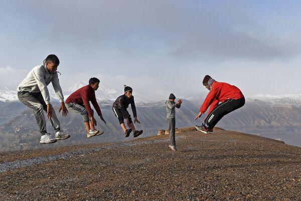 Gli atleti si allenano nella forma di arti marziali Muay Thai vicino al sito delle statue dei Buddha di Bamiyan, che furono distrutte dai talebani nel 2001, nella provincia di Bamiyan, il 14 marzo 2021. - Sputnik Italia