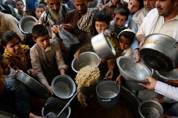 In questa fotografia scattata il 9 giugno 2016, i bambini afghani aspettano il cibo donato da un ente di beneficenza privato per i bisognosi durante il mese sacro islamico del Ramadan nella città di Jalalabad. - Sputnik Italia