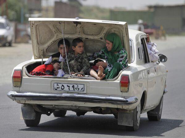 Una famiglia afgana viaggia nel bagagliaio di un'auto, Kabul, Afghanistan, giovedì 13 giugno 2013. - Sputnik Italia