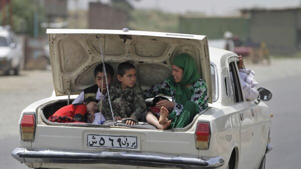 Афганская семья багажнике автомобиля по окраинам Кабула - Sputnik Italia
