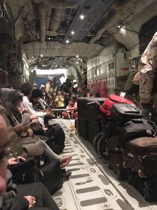 """Un successivo comunicato della Difesa italiana ha poi reso noto che """"con altri 103 afghani continua l'attività delle Forze Armate italiane per assicurare il trasporto di ex collaboratori e i loro familiari con velivoli C130 J e KC 767A dell'Aeronautica Militare"""". - Sputnik Italia"""