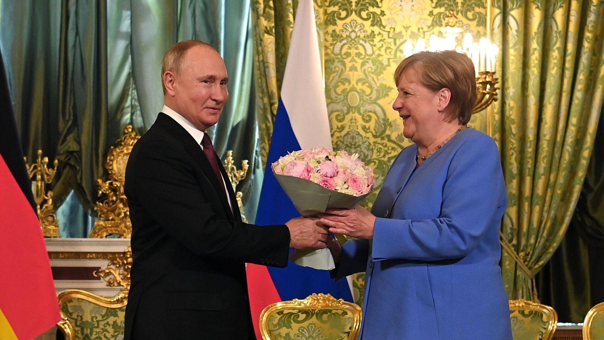 Putin regala un mazzo di fiori alla Merkel prima dei colloqui al Cremlino - Sputnik Italia, 1920, 20.08.2021