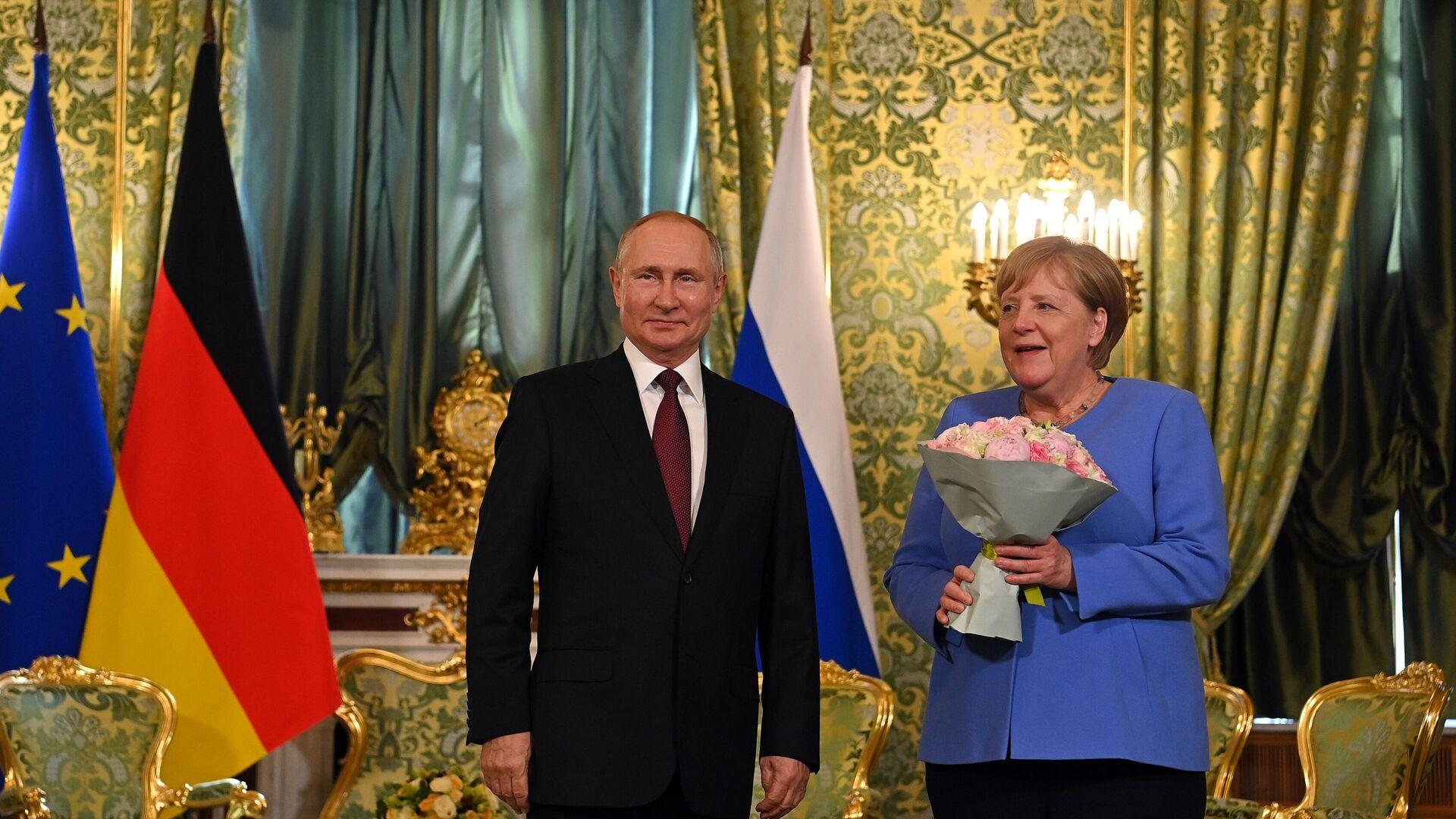 Putin regala un mazzo di fiori alla Merkel prima dei colloqui al Cremlino - Sputnik Italia, 1920, 10.09.2021