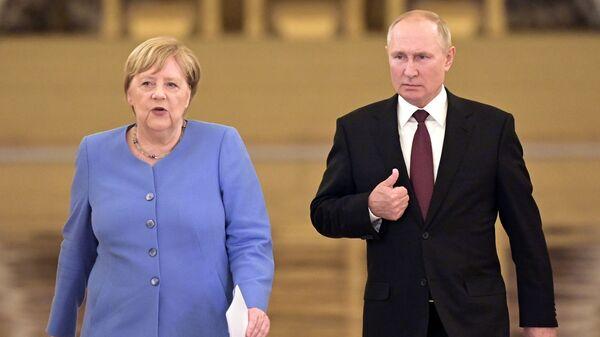Президент РФ Владимир Путин и федеральный канцлер Германии Ангела Меркель перед началом совместной пресс-конференции - Sputnik Italia