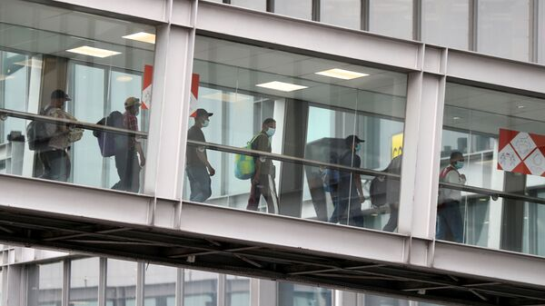 Эвакуированные люди из Афганистана прибывают в аэропорт Руасси-Шарль-де-Голль, Франция  - Sputnik Italia