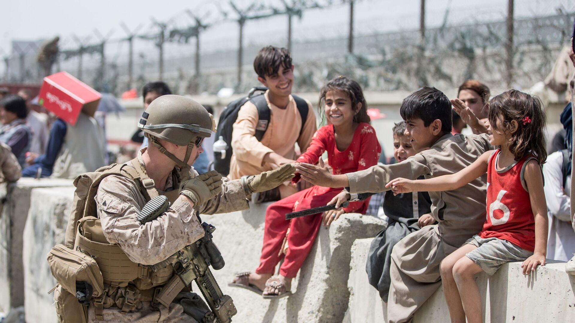 Американский солдат с детьми в аэропорту Кабула  - Sputnik Italia, 1920, 24.08.2021